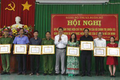 """Chi bộ nhận giấy khen Chi bộ đạt thành tích """"3 năm học tập đạo đức Hồ Chí Minh"""""""